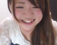 [無修正ライブチャット]笑ったときに見える八重歯が可愛い女の子がマングリM字でオマ○コクパァー!!